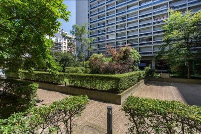 Appartement Paris 15 &bull; <span class='offer-area-number'>102</span> m² environ &bull; <span class='offer-rooms-number'>5</span> pièces