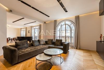 Appartement Paris 16 &bull; <span class='offer-area-number'>175</span> m² environ &bull; <span class='offer-rooms-number'>6</span> pièces