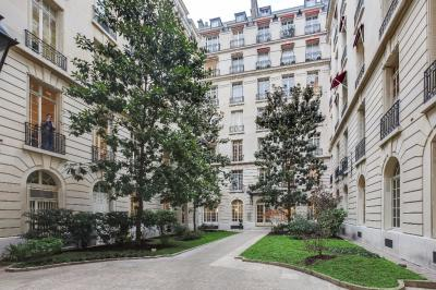 Appartement Paris 08 &bull; <span class='offer-area-number'>8</span> m² environ &bull; <span class='offer-rooms-number'>1</span> pièce