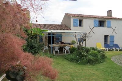 Maison Grosbreuil &bull; <span class='offer-area-number'>340</span> m² environ &bull; <span class='offer-rooms-number'>11</span> pièces