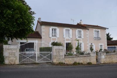 Maison Vilhonneur &bull; <span class='offer-area-number'>145</span> m² environ &bull; <span class='offer-rooms-number'>7</span> pièces