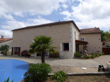 Maison La Rochefoucauld &bull; <span class='offer-area-number'>195</span> m² environ &bull; <span class='offer-rooms-number'>8</span> pièces