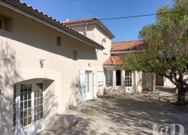 Maison St Genest Lerpt &bull; <span class='offer-area-number'>176</span> m² environ &bull; <span class='offer-rooms-number'>5</span> pièces