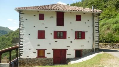 Maison Sare &bull; <span class='offer-area-number'>318</span> m² environ &bull; <span class='offer-rooms-number'>9</span> pièces