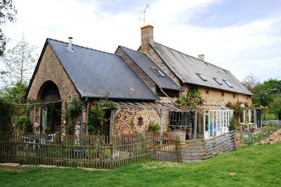 Maison Ste Suzanne &bull; <span class='offer-area-number'>212</span> m² environ &bull; <span class='offer-rooms-number'>8</span> pièces