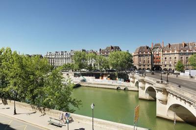 Appartement Paris 01 &bull; <span class='offer-area-number'>53</span> m² environ &bull; <span class='offer-rooms-number'>2</span> pièces