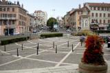 La place de la République où trône la fontaine de Charles X, à Voiron.