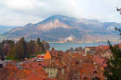 La ville d'Annecy, les pieds dans l'eau, avec son lac éponyme.
