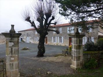 Propriété Berneuil • <span class='offer-area-number'>325</span> m² environ • <span class='offer-rooms-number'>9</span> pièces