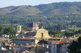 Située au coeur de la Provence, au pied de la chaine des Côtes, et non loin d'Aix-en- Provence, Lambesc a su préserver son caractère provençal, très recherché.