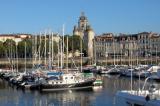 Le port, surplombé par la tour de l\'Horloge, à l\'entrée de La Rochelle.